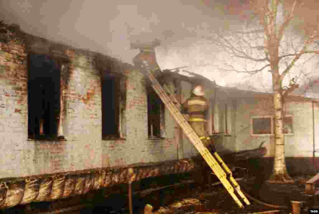 Работа пожарных на месте загоревшегося психоневрологического интерната в Новохоперском районе Воронежской области. В результате пожара, произошедшего в ночь на 13 декабря, погибли 23 человека.
