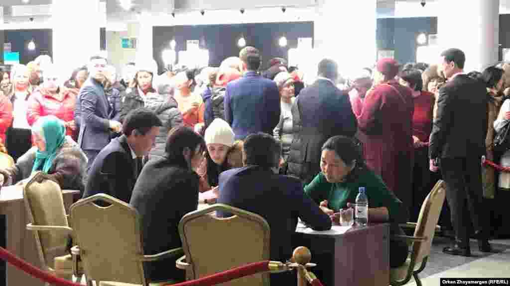 Жергілікті билік өкілдері Астана тұрғындарының шағымдарын тыңдап отыр