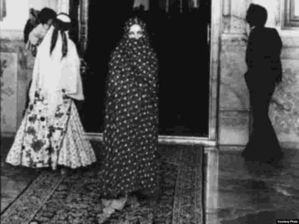 Элизабет Тейлор во время посещения Ирана. Дата неизвестна