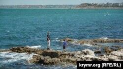 Купаться на побережье запретили, но ходить по камням еще можно