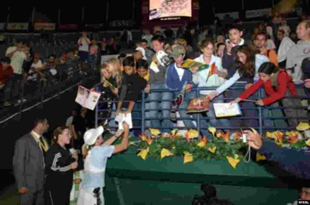 جاستين هنين، تنيس باز بلژيکی، به همراه طرفدارانش