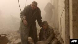 Жители Алеппо во время воздушных ударов по городу, 17 декабря 2013 года.