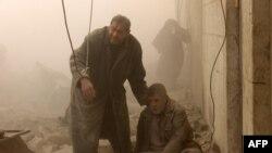 بازماندگان یک حمله هوایی به شهر حلب در شمال سوریه در روز ۱۷ دسامبر