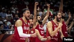 شادی بازیکنان تیم بسکتبال ایران پس از پیروزی بر تیم فیلیپین و راهیابی به المپیک