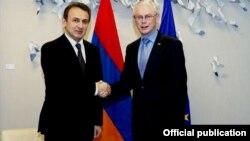 Руководитель миссии Армении в Европейском Союзе, посол Татул Маркарян (слева) и председатель Европейского Совета Херман ван Ромпей. Фотография – пресс-служба МИД Армении