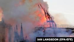 Як горів собор Паризької Богоматері у 10 фото