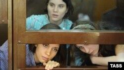 Участницы панк-группы Pussy Riot в Хамовническом суде. Слева направо: Надежда Толоконникова, Екатерина Самуцевич, Мария Алехина.