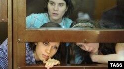 Участницы Pussy Riot: Надежда Толоконникова, Екатерина Самуцевич и Мария Алехина в суде