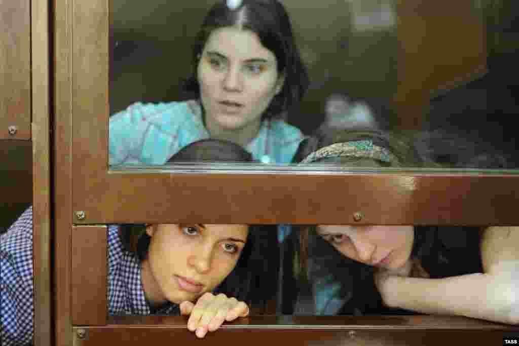 """""""Pussy Riot"""" аъзолари Екатерина Самуцевич, Надежда Толоконникова и Мария Алехина безориликда айбланмоқда."""
