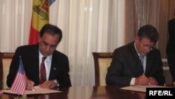 Ambasadorul american Chaudry şi Mihai Ghimpu semnează un amendament la acordul de combatere a traficului de persoane