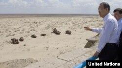 """Генеральный секретарь ООН Пан Ги Мун смотрит на """"кладбище кораблей"""" на высохшем дне Аральского моря. 4 апреля 2010 года."""