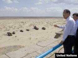 Генеральный секретарь ООН Пан Ги Мун посещает кладбище кораблей в бывшем портовом городе Муйнак на берегу Аральского моря. Узбекистан, 4 апреля 2010 года.