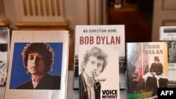 Ədəbiyyat üzrə Nobel mükafatına layiq görülmüş bəstəkar və şair Bob Dylanın kitabları.