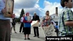 Протестувальники біля храму в Перевальному