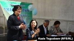 """«Аман-саулық»""""ҮЕҰ мүшелері өздері құрастырған «Сіздің денсаулық құқығыңыз» атты кітапшаны таныстыру кезінде. Алматы, 13 мамыр 2013 жыл."""
