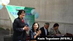 """В НПО """"Аман-саулык"""" презентуют составленную ее членами брошюру """"Ваше право на здоровье"""". Алматы, 13 мая 2013 года."""