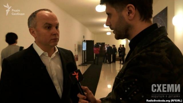 Журналіст «Схем» увесь тиждень намагався поспілкуватися з народним депутатом Нестором Шуфричем у Верховній Раді, однак впіймати його вдалося лише під час зйомок політичного шоу «Шустер Лайв»