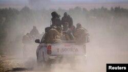 Демократические силы Сирии едут на пикапе в городе Аль-Шадади в южной местности Хасака, 18 февраля 2016 года.