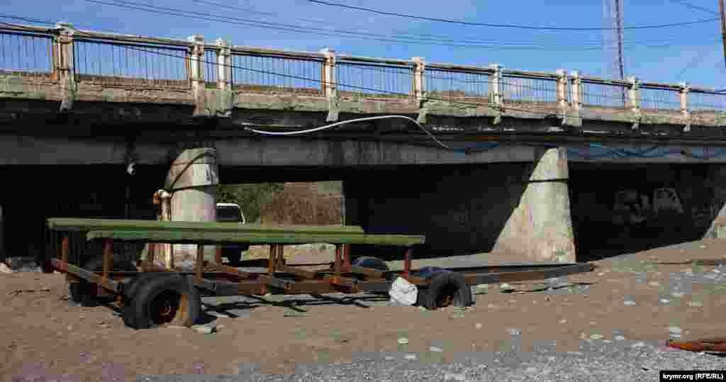 Автопричіп для транспортування катерів біля мосту через річку Алачук занесло піском