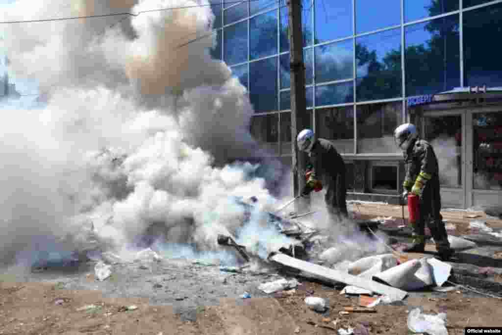После разбора строений произошло возгорание строительного мусора, который тушила мобильная пожарно-спасательная мотогруппа, 10 июля 2015