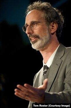 پیتر گلیک، عضو آکادمی ملی علوم آمریکا، نویسنده و پژوهشگر در زمینه تغییرات آب و هوا و از بنیانگذاران موسسه غیرانتفاعی پاسفیک در اوکلند کالیفرنیا