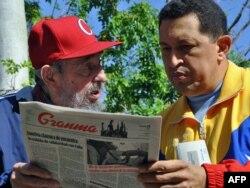 Фидель Катро (слева) показывает президенту Венесуэлы Уго Чавесу свою статью в кубинской газете Granma, Гавана, 28 июня 2011