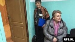 Галіна Ганчарык (стаіць) у пакоі для галасаваньня