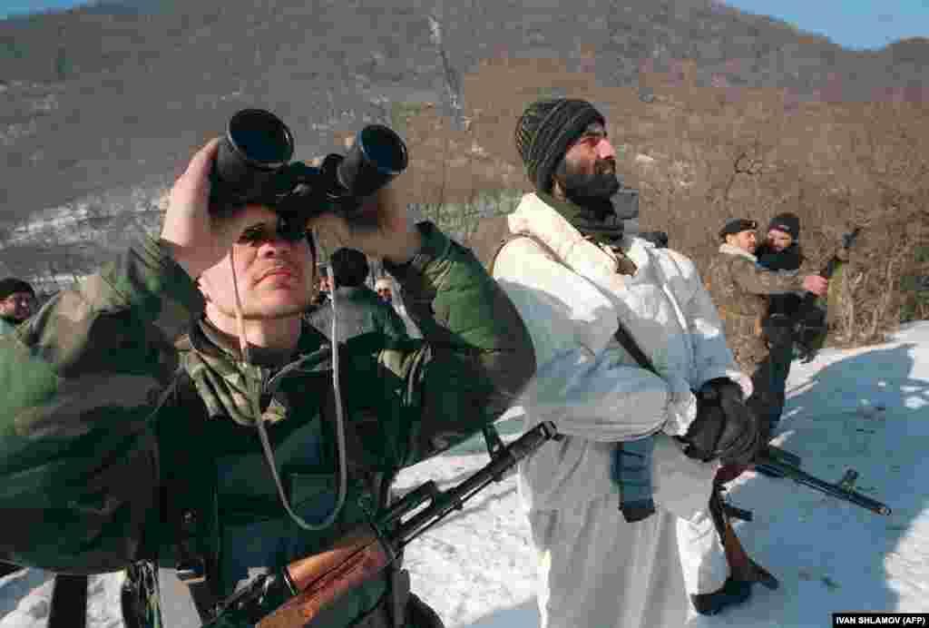 Літаки, які бомбили села і міста республіки, були найбільш руйнівною силою. У чеченських збройних підрозділів не було протиракетних установок, а аеропорт з невеликою кількістю літаків був розбомблений ще до офіційного введення російських військ. 29 грудня 1994 року