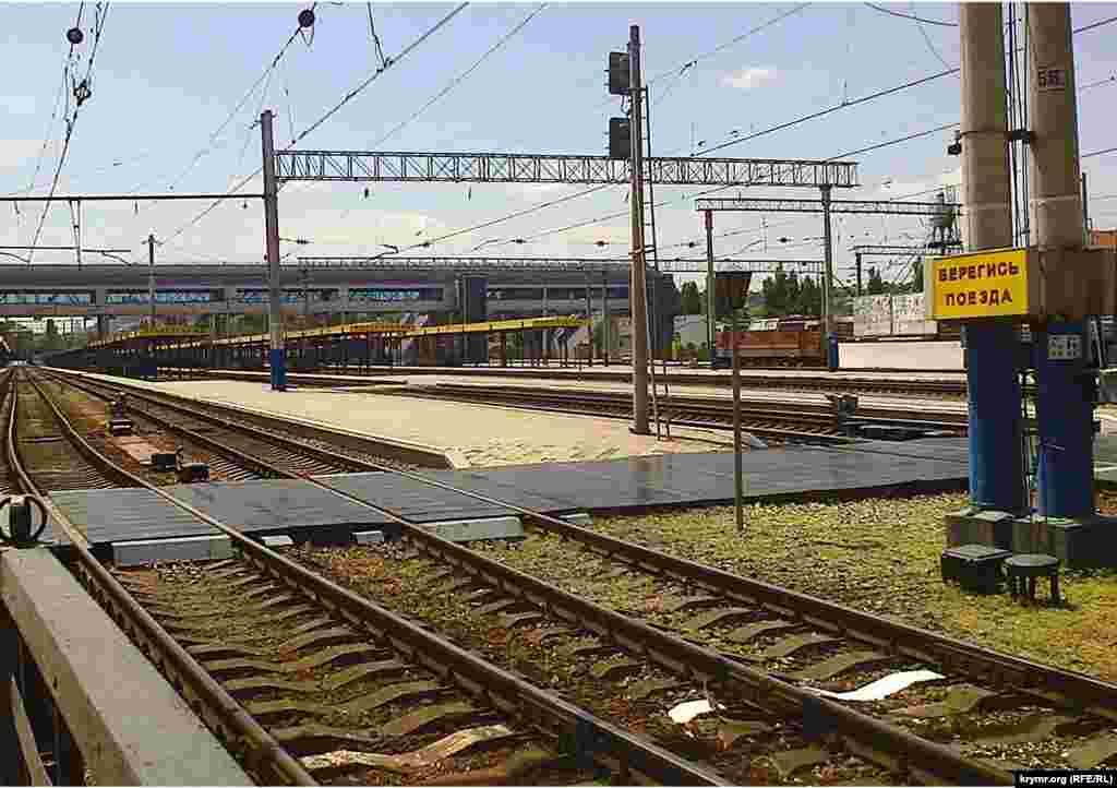 Сім посадкових платформ у цей період року року брали 50-60 потягів на добу