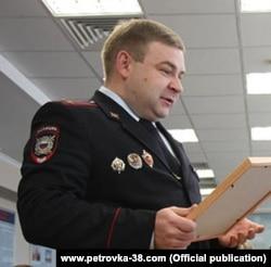 Подполковник Александр Кузин оказался замешан в ряде скандалов с коррупцией и применением насилия, был уволен из органов в связи с утратой доверия, но снова нашёл работу в другом округе Москвы