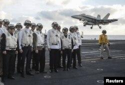 Прем'єр-міністр України Арсеній Яценюк (другий зліва) і міністр оборони Стапан Полторак (перший зліва) на борту атомного авіаносця США Harry S. Truman у Середземному морі, 3 грудня 2015 року