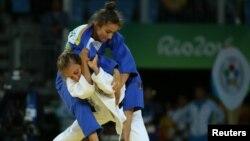 Majlinda Kelmendi me të veshura të kaltërta në duelin final në Olimpiadën në Brazil në vitin 2016, ku e fitoi medaljen e artë