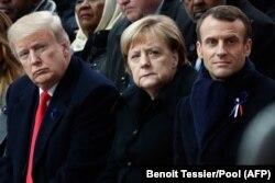 მარცხნიდან: აშშ-ის პრეზიდენტი დონალდ ტრამპი, გერმანიის კანცლერი ანგელა მერკელი და საფრანგეთის პრეზიდენტი ემანუელ მაკრონი. პარიზი, 2018 წ. 11 ნოემბერი.
