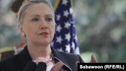Hillary Clinton Əfqanıstanda mətbuat konfransı zamanı