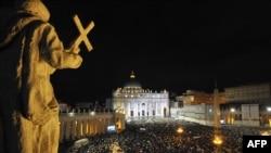 Общий вид на площадь Святого Петра в тот момент, когда из трубы Сикстинской капеллы начал подниматься белый дым. Рим, 13 марта 2013 года.