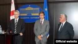 Секретарь Венецианской комиссии Томас Маркерт в течение двух дней лично выслушивал аргументы представителей правящей партии и претензии оппозиционеров и членов НПО