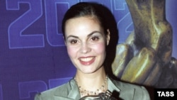 """В 2002 году было другое """"Время"""". Статуэтка в руках ведущей первого канала Екатерины Андреевой"""