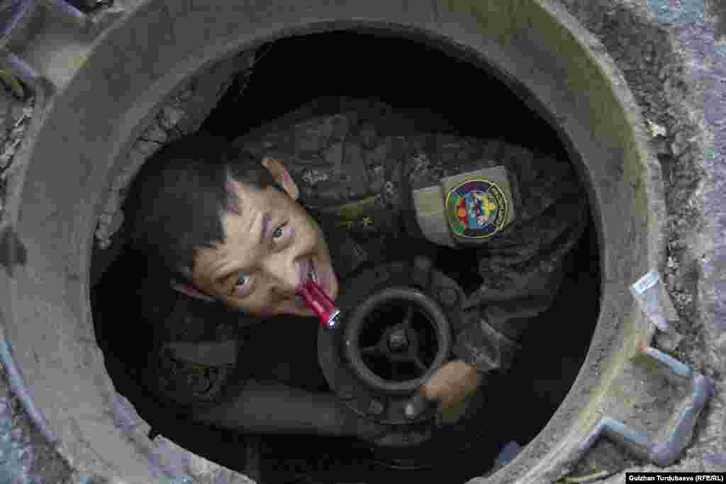 A man maintains the sewer system in Bishkek, Kyrgyzstan, on February 23. (Gulzhan Turdubaeva, RFE/RL)