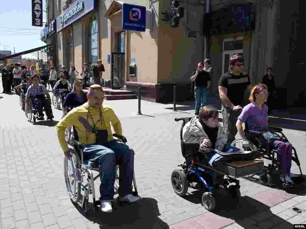 3 июля в Москве прошла акция, на которой здоровые добровольцы сели в инвалидные коляски и попробовали в течение двух часов посетить кафе, магазины и кинотеатры