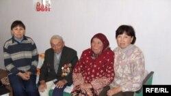 Согуш ардагери Асанаалы Чекиров үй-бүлөсү менен
