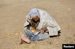 Түркия мен Сирия шекарасы маңындағы сириялық босқын әйел. 26 қыркүйек 2014 жыл.