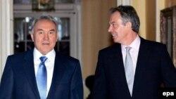 Qazaxıstan prezidenti Nursultan Nazarbayev və Britaniyanın keçmiş baş naziri Tony Blair (sağda)
