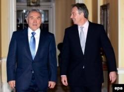 Тони Блэр (оң жақта) Ұлыбритания премьер-министрі кезінде Қазақстан президенті Нұрсұлтан Назарбаевты қарсы алып тұр. Лондон, 21 қараша 2006 жыл.
