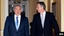 Тони Блэрдің Ұлыбритания премьер-министрі болып тұрғанда Қазақстан президенті Нұрсұлтан Назарбаевпен бірге түскен суреті. Лондон, 21 қараша 2006 жыл.
