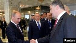 Президенты России и Украины на саммите в Минске. 26 августа 2014 года.