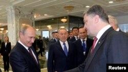 Президент Росії Володимир Путін (Л) і президент України Петро Порошенко (П) на зустрічі у Мінську