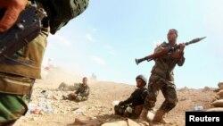 """Курдские бойцы из отряда """"пешмерга"""", воюющие против боевиков так называемого «Исламского государства Ирака и Леванта» (ИГИЛ). Провинция Ниневия, 6 августа 2014 года."""