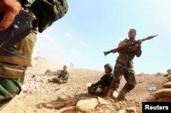 """""""Ислам мемлекеті"""" содырларымен соғысып жатқан үкімет жауынгерлері. Ирак, 7 тамыз 2014 жыл."""