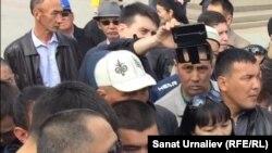 Участники стихийного митинга «по земельному вопросу» в Уральске разговаривают с заместителем акима Западно-Казахстанской области Арманом Утегуловым. Уральск, 4 мая 2016 года.