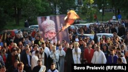 Okupljanje vernika i sveštenika Srpske pravoslavne crkve u Crnoj Gori uprkos zabrani